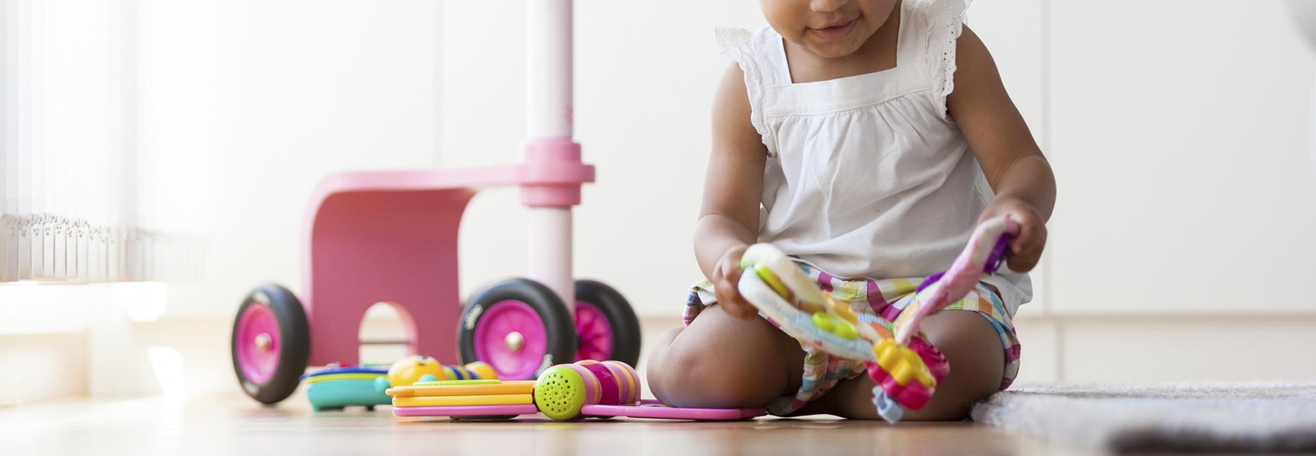 Petite fille avec des jouets