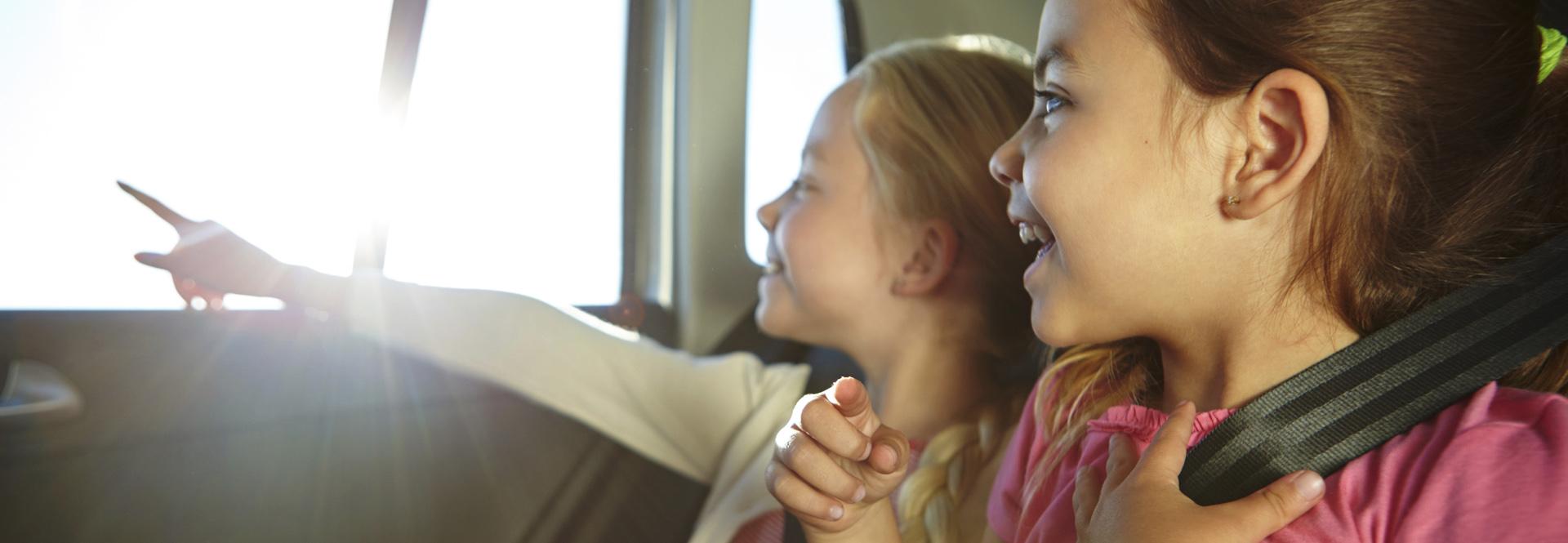 Petites filles dans voiture avec ceinture de sécurité