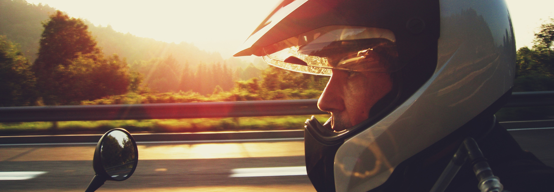 Homme sur moto avec équipements de sécurité