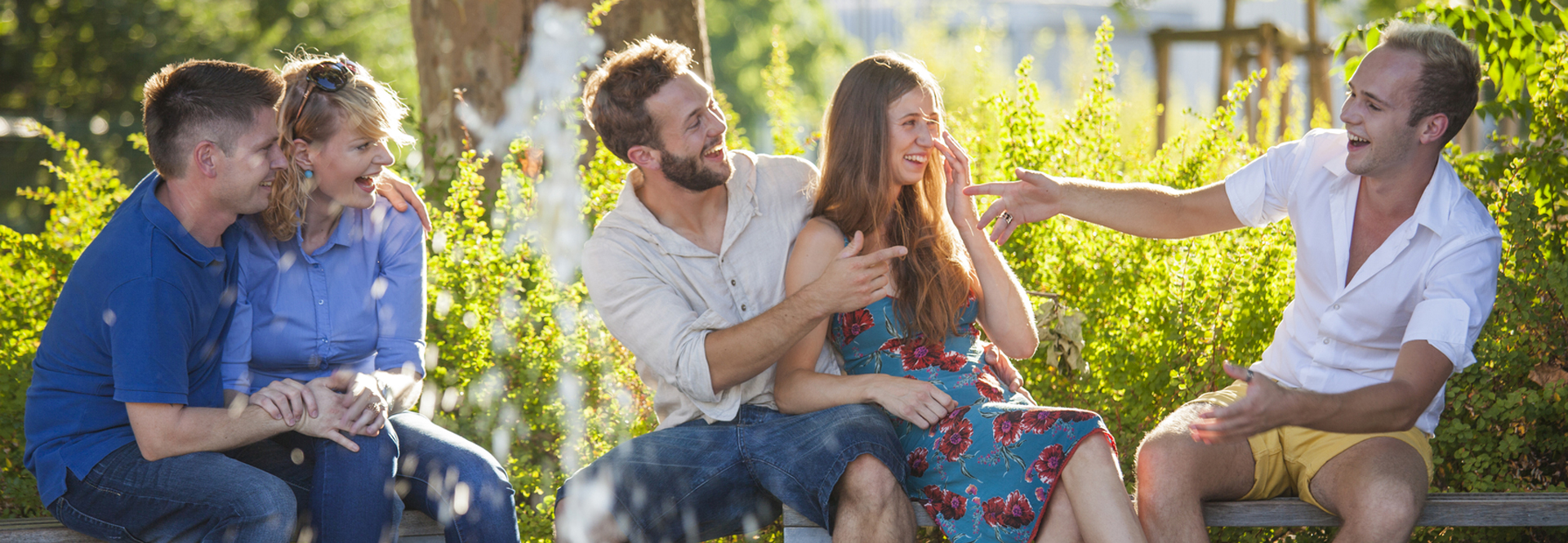 Couple de jeunes rient et discutent