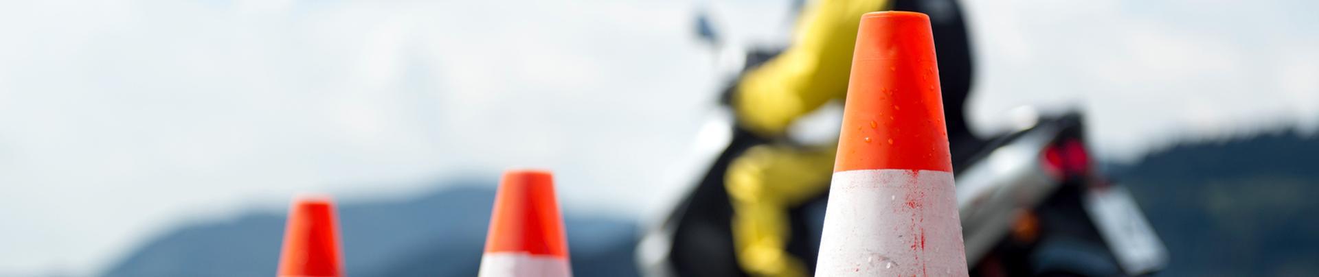 Cones de signalisation et scooter passage du permis